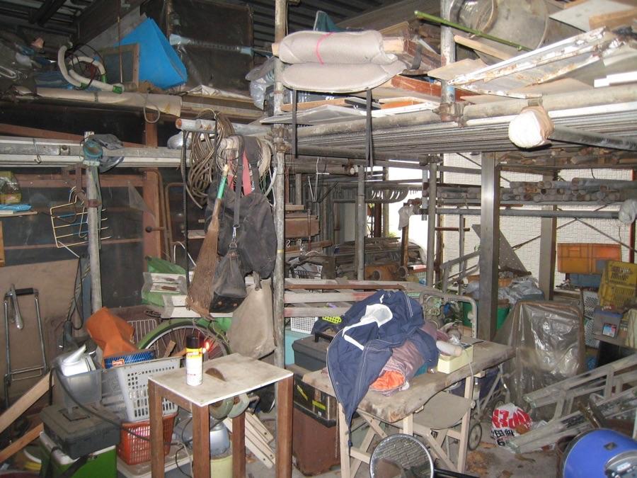 残置物が山積みにされた物件の買取